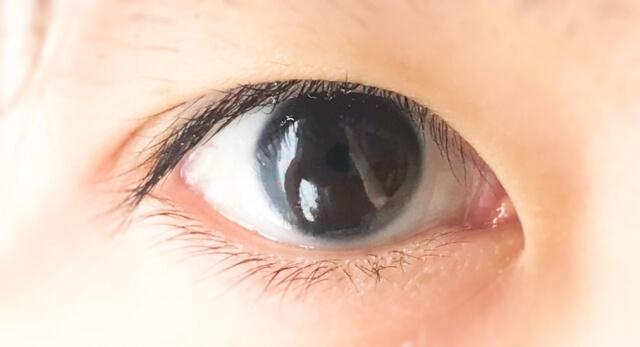 片目のアップ
