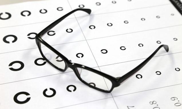 視力検査表と眼鏡