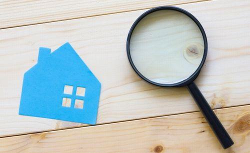 青い家の切り絵と虫眼鏡