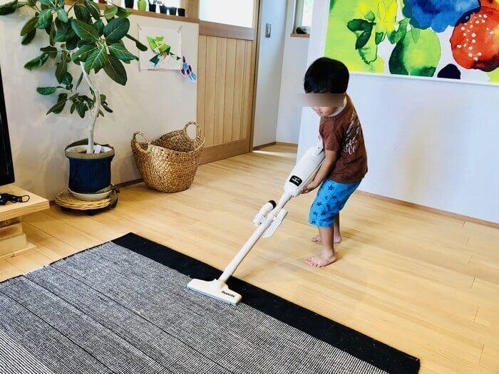 マキタ掃除機を使用する4歳