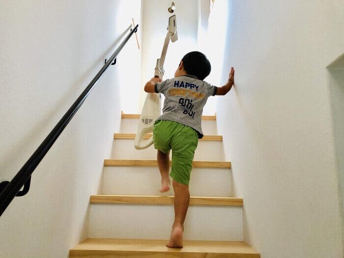 マキタ掃除機を片手で持ち階段を上がる4歳