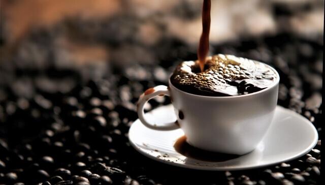 コーヒーカップからこぼれるコーヒー